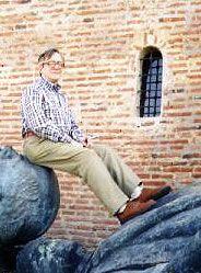 Olavo de Carvalho é jornalista, filósofo, professor e autor. Nascido em Campinas, em 1947, já passou por diversas áreas, tendo inclusive trabalhado como astrólogo e articulista de direita do país. Olavo chegou a ser militante comunista quando jovem e contribuiu para o o primeiro curso de extensão universitária em astrologia.  Seu primeiro livro foi lançado em 1996 sob o título A Imagem do Homem na Astrologia. No mesmo ano, O Imbecil Coletivo: Atualidades Inculturais Brasileiras tornou-se…