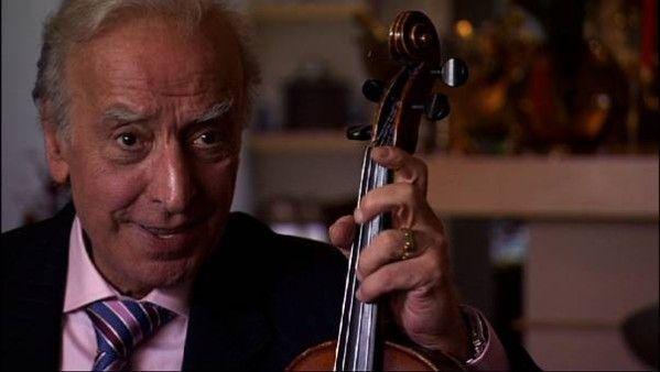 Robert Castel, de son vrai nom Robert Adolphe Moyal, est un chanteur français juif d'Algérie, né le 21 mai 1933 à Bab El-Oued, en Algerie francaise...Il débute comme musicien, joueur de tar, puis guitariste et violoniste accompagnant son père Lili Labassi...