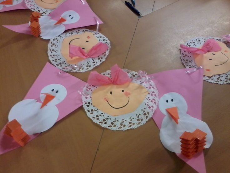 Geboorteslinger, gemaakt voor kleuter in de klas die een zusje heeft gekregen. Achterop staan lieve wensen voor de baby.