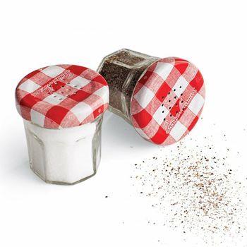 フタに穴を開けてお塩やコショウの容器にするというアイディアアレンジもあります。ミニサイズの瓶の方が使いやすいかもしれませんね。