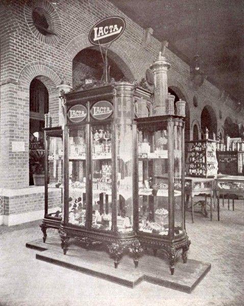 Vitrine da Lacta expondo seus produtos em feira da indústria. São Paulo, 1918