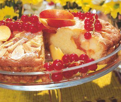 En fruktig och mumsig paj med härlig kombination av fluffig saftig fyllning och fruktiga nektariner. Pajen är utmärkt att servera på sommarkalaset med vackra röda vinbär som dekorering.