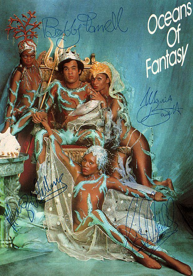 Original Autogramm Boney M. - 1979 - 10,5 x 15 cm.      -      Anmerkungen: Boney M. ist eine von Frank Farian produzierte Disco-Formation, die vor allem in den 1970er Jahren international Erfolge mit Stücken wie Daddy Cool, Rivers of Babylon oder Ma Baker hatte. Bobby Farrell (* 6. Oktober 1949 in Sint Nicolaas, Aruba; † 30. Dezember 2010 in Sankt Petersburg, Russland, -  war ein niederländischer DJ und in frühen Jahren der Tänzer bei Boney M.