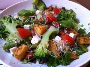 Supersnelle salade-boost met feta en zoete aardappel