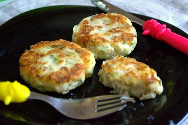 Картофельно-рыбные крокеты  250-300 гр филе белой рыбы (я использовала мерлузу) 300 гр очищенного и нарезанного картофеля соль, перец, приправы по вкусу 1 яйцо 2 ст л муки 1-2 ст л оливкового масла рубленая зелень  NB картофель и рыбу можно отварить отдельно, но я предпочитаю использовать пароварку… …рыбу можно заменить грибами или куриным филе …крокеты можно подавать с овощами и любым соусом – томатным или чесночным, а можно просто залить сметаной и наслаждаться