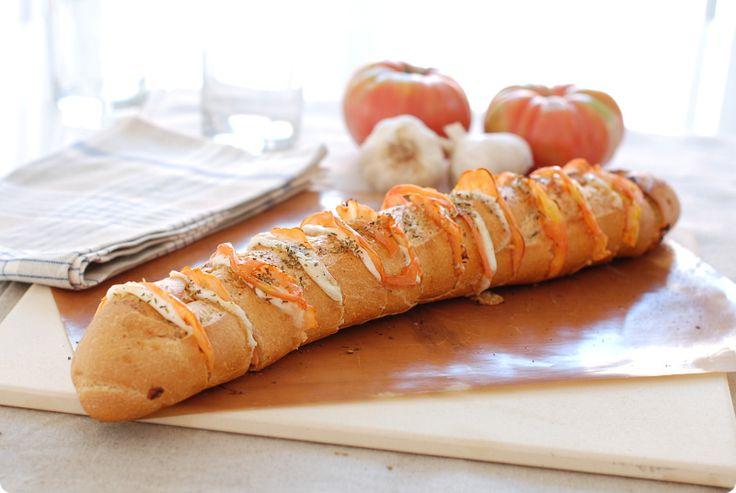 Pan al horno relleno de mozzarella y tomate