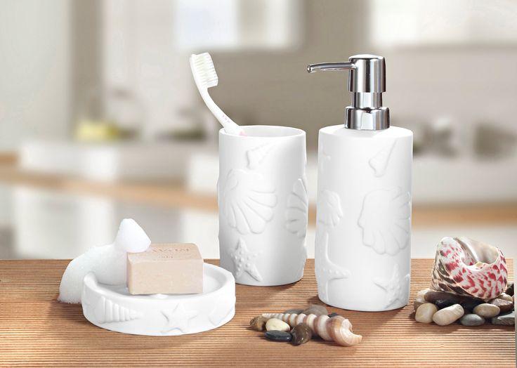 Mit diesen Zahnputzbechern, Seifenspender und Seifenschale zieht maritime Urlaubsstimmung in euer Bad. Die stilvollen Accessoires aus Keramik mit Starfish-Design verwandeln ein modernes Zimmer in eine Wellness-Oase.