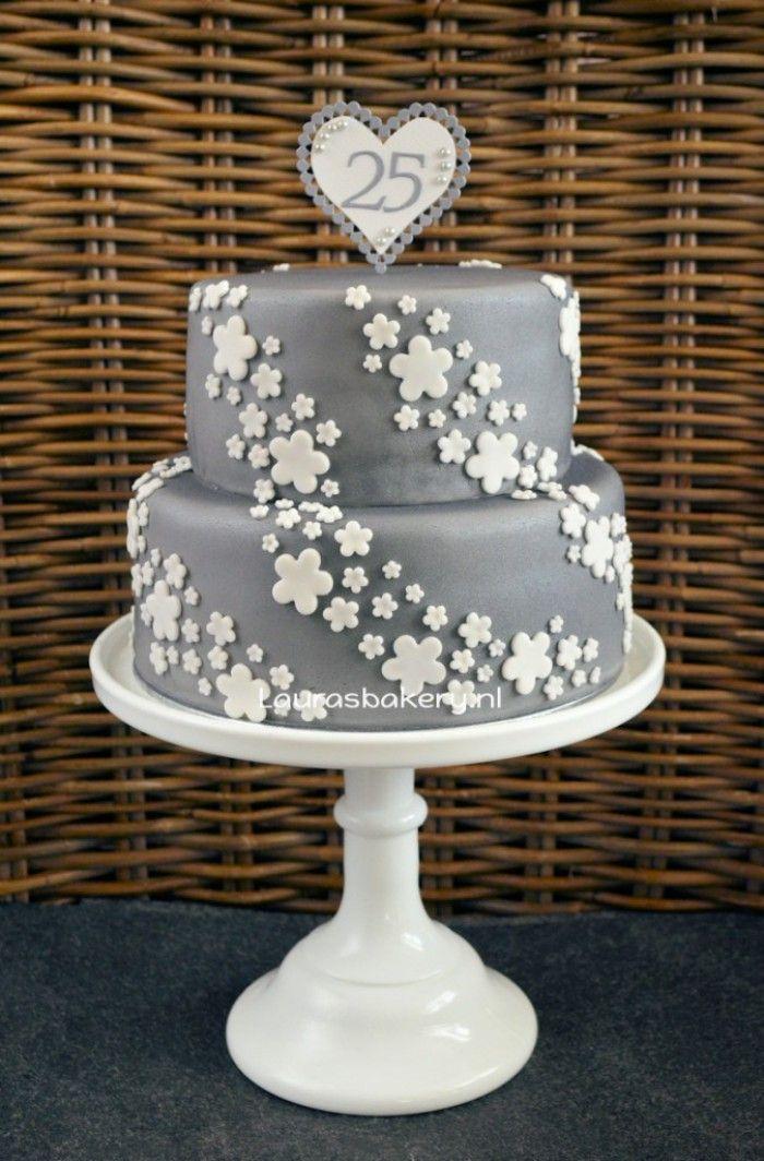 zilveren taart met witte bloemen voor 25 jarig huwelijk