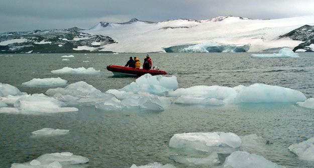 Un estudio determina que la Antártida se deshace más rápido por abajo que por la superficie Científicos hallan que el adelgazamiento se produce desde arriba y por abajo Las corrientes cálidas provocan mayor deshielo que el calor de la superficie Este hallazgo permitirá predecir mejor el aumento del nivel del mar