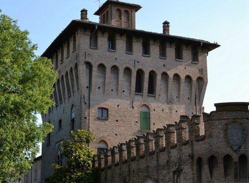 Castello dei Pico - Simbolo del potere militare e politico della famiglia Pico, il Castello di Mirandola è in realtà una cittadella fortificata, da cui per 400 anni, dal 1311 al 1711 la dinastia Pichense governò il territorio. L'edificio è stato soggetto ad un importante restauro e riaperto al pubblico nel 2006, con l'inaugurazione del Museo Civico.