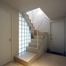 ひかりの架け橋(港南台の家) (玄関ホールのガラスブロック壁と光の降り注ぐ階段)