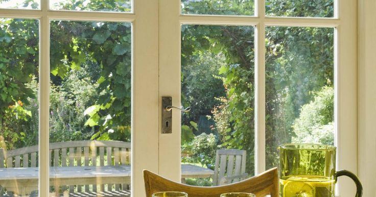 Tratamientos para la reducción de ruidos en las ventanas. Reducir el ruido que viene de afuera puede ser todo un desafío, especialmente si tienes ventanas que miran hacia una calle transitada o hacia una zona comercial. Con la necesidad de bajar el ruido, existen un motón de productos disponibles que puedes utilizar. Muchos diseñadores de interiores han incorporado materiales de reducción de ruido dentro ...