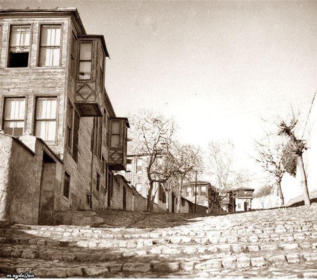 Müvezzi Caddesi (1930'lu yıllar. Çırağan) Beşiktaş Lisesi'nin karşısı