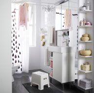 Pieni kylpyhuone, jossa pyykinpesumahdollisuus