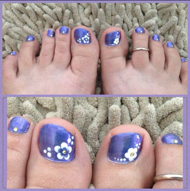 Flower toe nail design using dotting tool. Rhinestone jewel accents on each  toe. By - Best 25+ Flower Toe Nails Ideas On Pinterest Flower Toe Designs