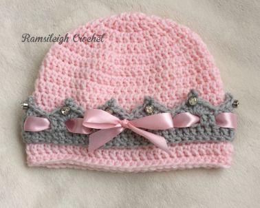 Bir müşteri geçenlerde yürümeye başlayan kızı için şapka siparişi verdi. Ve farklı bir model olsun istedi. Bu tığ işi örgü şapka içindekızının prensesler