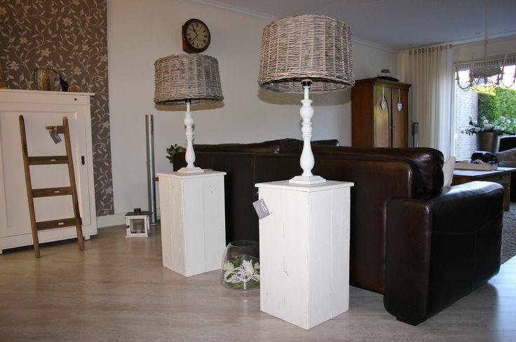 2 zelfgemaakte consoles met 2 lampen voorzien van vergrijsde lampenkappen.