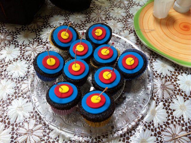 """Cupcakes de mousse de chocolate com tema """"tiro com arco no alvo"""". Ateliê Porto Girassol."""