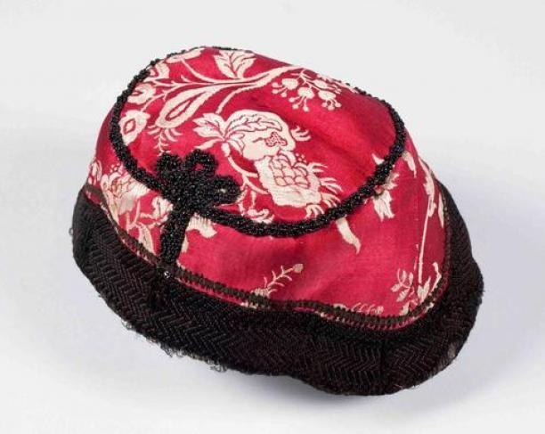 Rood-wit zijden damasten klappe(rt), langs de naden een kraalrantjesrand, onderdeel van groep van vier | Modemuze
