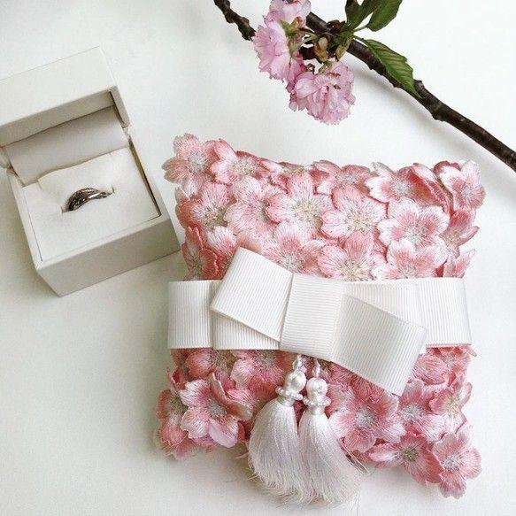 """""""香りで記憶する永遠の誓い""""春先桜の時期に結婚式の準備をされている方も多いのではないでしょうか。桜の花びら1つ1つには幸せが詰まっており、散ることで幸せを多くの方に届けると言われています。また桜は『清らかさ』の象徴であり、ウエディングにはぴったりのモチーフなんです。特別なウエディングだからこそ、幸へと導いてくれる『桜』を挙式に取り入れてみてはいかがでしょうか。Embyではお二人の幸せを想いながらひと針づつ丁寧に刺しゅうした桜のリングピローをオリジナルでブレンドした""""Love in Bloom(愛が咲く)""""という名のアロマミストと共にお届けしております。挙式時にはお二人を象徴するタッセルに指輪を通してご使用いただけます。************************〈アロマミストについて〉ふとした瞬間の香りが、あなたの思い出をよみがえらせてくれたことはありませんか?特定の香りで記憶が呼び起こされることを「プルースト効果」といいます。「Love in Bloom(愛が咲く)」という名のアロマミストを挙式前にひと吹きし、香りをまとったリングピローが誓いの瞬間を忘れ..."""