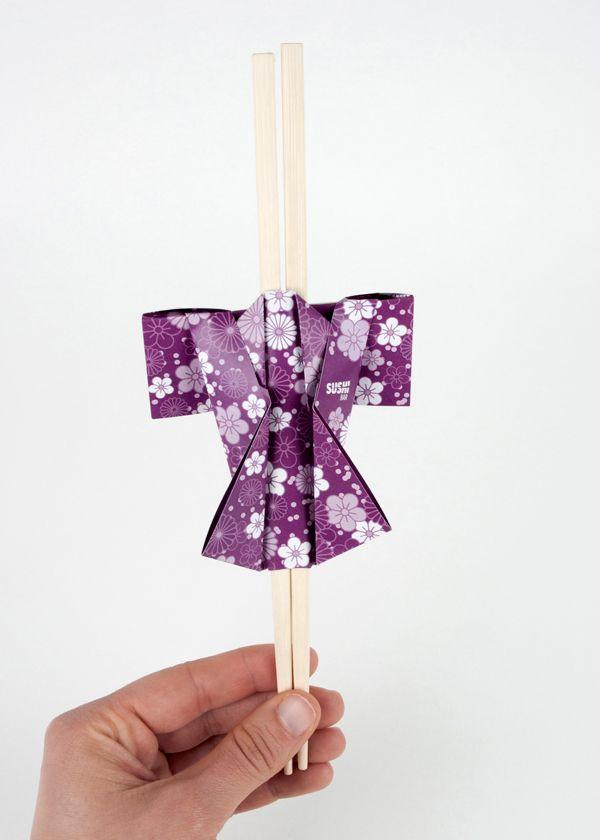 La marca Sushi Bar muestra una fusión del Japón más tradicional con la restauración más informal. El teatro japonés o Kabuki, la papiroflexia u origami, la ilustración, los kimonos, los farolillos transportados con palos, el sushi... todo esto ha sido nue…