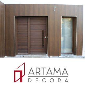 """Puerta acorazada con panel especial para exterior. Aluminio lacado efecto madera """"nogal oscuro texturado"""" más panelado de fachada con el mismo material"""