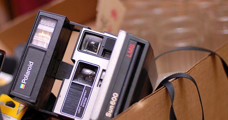 """Cómo usar una cámara Polaroid One Step . La Polaroid One Step es una cámara que captura imágenes instantáneas y ha sido popular durante décadas entre los fotógrafos aficionados. Una cámara instantánea es una forma divertida de capturar el momento. Incluso aunque el nombre diga """"one step"""" (un paso), hay básicamente tres para usar esta cámara."""