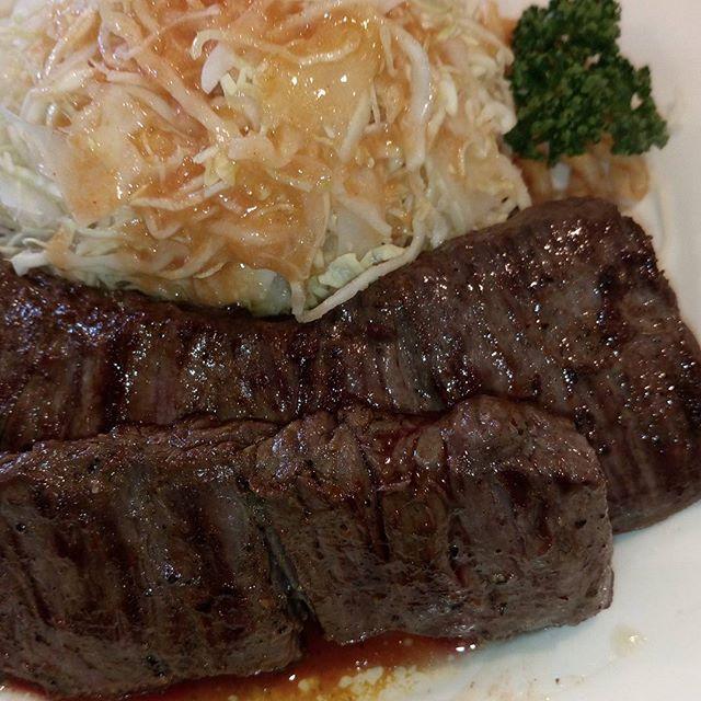 17.05.07  今日のお昼ごはん。  近所にあるステーキハウス「ラジャ」さんへ。  11時から並んで、何とか入れました。  震えるほど最高のお肉。  明日からも頑張れる!  #ごはん#料理#メニュー#レシピ #お昼ごはん#gw#ゴールデンウィーク#ステーキ#ラジャ#ジャンボステーキ#美味しい#至高 #福山#広島#肉#お肉#牛すじ#今夜は牛すじ煮込み#こんにゃく#ねぎ