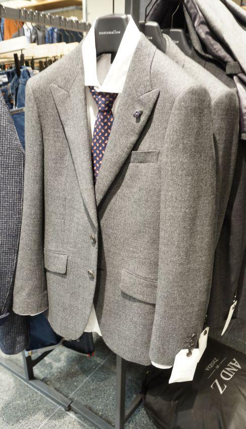 라이트 그레이 컬러에 편안한 착용감을 자랑하는 클래식 투 버튼 자캣 @롯데백화점 customellow