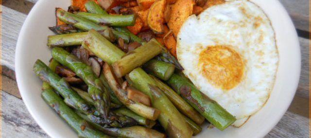 Maaltijd met zoete aardappel frietjes en groene asperges
