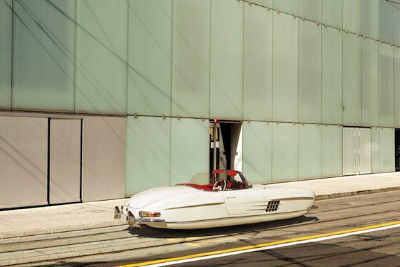 ちょっと昔に私たちが思い描いていた未来像。その代表的な形のひとつに、「タイヤなしで浮いてスィーっと進む車」というのがあります。マンガや映画によく登場するアレで …