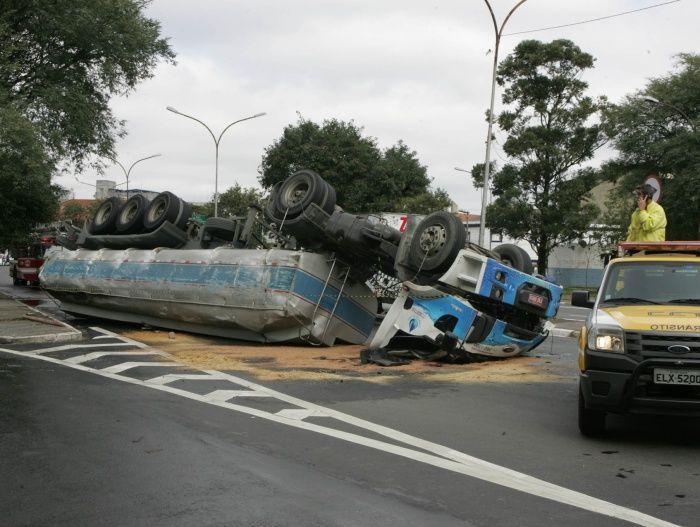 Caminhão tomba na ponte da Vila Guilherme - São Paulo - R7