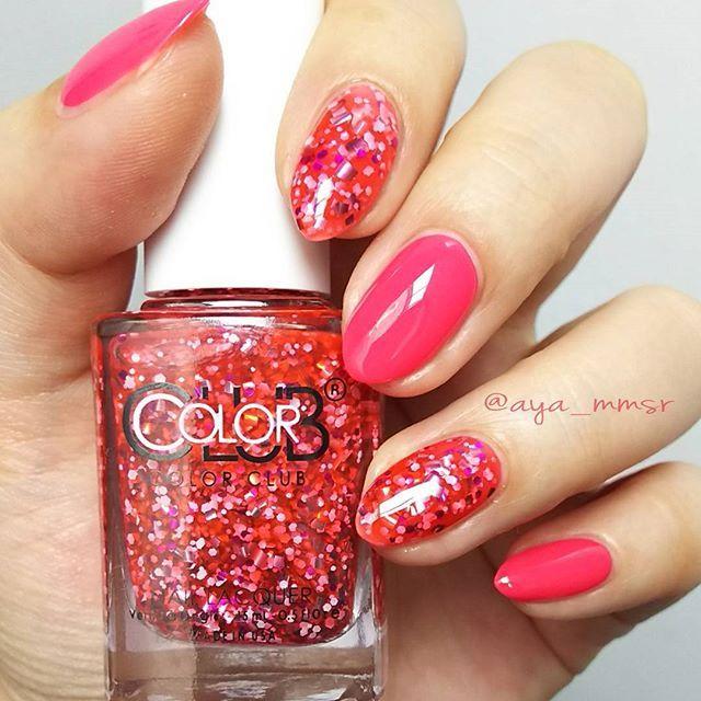 レッドと思いきや、ピンク? カラークラブD200 Fun and Flirty 💋 ボトルで見た時に、赤ネイルに合わせよう!と 思いきや…シロップ的なピンクシアー液でした。 重ね塗りすればレッド感は強くなりそうです。 中にも濃いめのピンクラメホロがあるのと、 細かい白ホロもあるのでピンク感もレッド感もありの 仕上がり。 もっとさらりとホワイト系の上に重ねたら 可愛らしいチークネイルもできます💗 せっかくなので1度塗りで統一したくなって、 ビビットなピンクを合わせました。 こちらもジューシーなバービーピンクは OPIの Spoken from the heart キティちゃんボトル💗 カラークラブ夏の新色は5月中旬頃より発売です。 ベタ塗り連投続いてますのでコメントお気遣いなく😊 #セルフネイル #カラークラブ #夏の新色 #MIXホログラムネイル #塗るだけでネイルアート完成 #シースルーネイル #ディーアップ #NY発 #グリッターネイル #ネイル #プチプラネイル #簡単ネイル #時短ネイル #ピンクネイル #マニキュア #マニキュアネイル #ポリッシュ…