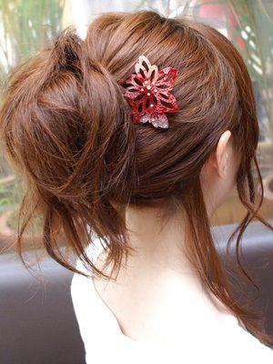 はんなり和風スタイル :  1.あらかじめ髪をアイロンやカーラーでゆるく巻き、すこし逆毛を立てておく。 2.インナーヘアアクセで夜会巻きにして、毛先をふんわり散らす。 3.好きな位置にかんざしを挿したら完成