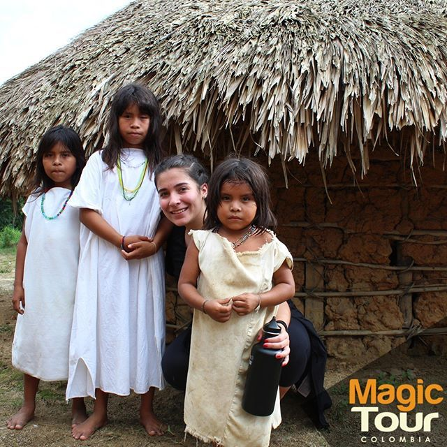 Learning about the culture one of the indigenous tribes of the Sierra Nevada of Santa Marta with the nice company of these beautiful kids!  #atazitrip #kogui  #magictour #sierranevada #quebradadelsol #indigenousvillage #travel #adventures #cultures #friday #meetingcultures #childhood