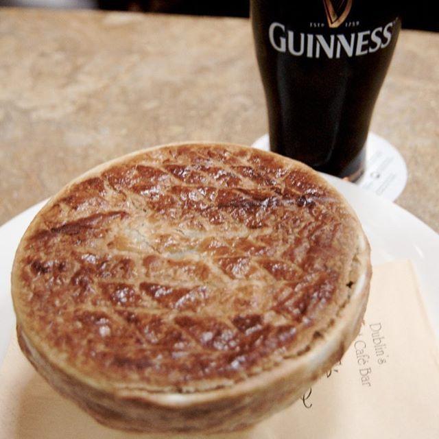 Torta não precisa ser de frango! Experimente a Torta de Carne Irlandesa - a famosa Meat Pie que faz sucesso nos filmes ingleses - e que vai muito bem com uma #Guinness ou outra cerveja escura do tipo #Stout. Aproveite pra aprender a fazer a massa podre, a gente explica passo-a-passo direitinho. ⠀  #comidadeverdade #salcomalho #receitasfaceis #passoapasso #blogculinaria #massapodre #tortairlandesa #tortainglesa #meatpie #harmonizacomcerveja