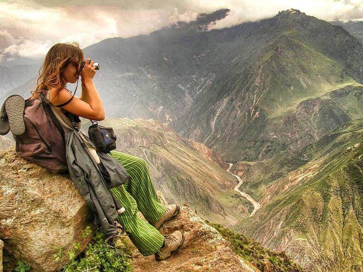 """El #CañóndelColca es el atractivo mayor de la región de #Arequipa y también uno de los más importantes del #Perú.  Sus 3600 metros de desnível lo convierten en uno de los más profundos del mundo y su gran diversidad biológica entre la que destaca la presencia de los majestuosos #cóndores.  #Colca proviene del vocablo quechua que significa """"granero"""". Es un cañón formado por el río del mismo nombre que en su recorrido permite apreciar el dominio agrícola de los antiguos #peruanos que…"""