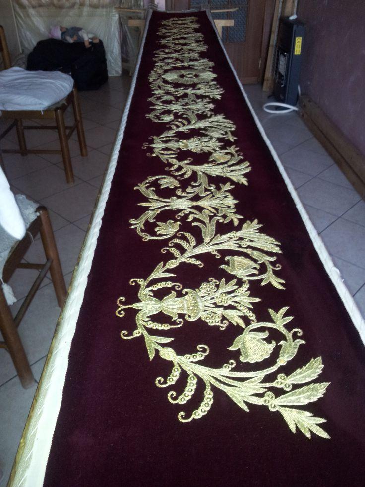 arte sacra, ricamare con stile, riporto in oro su stoffa di velluto rosso