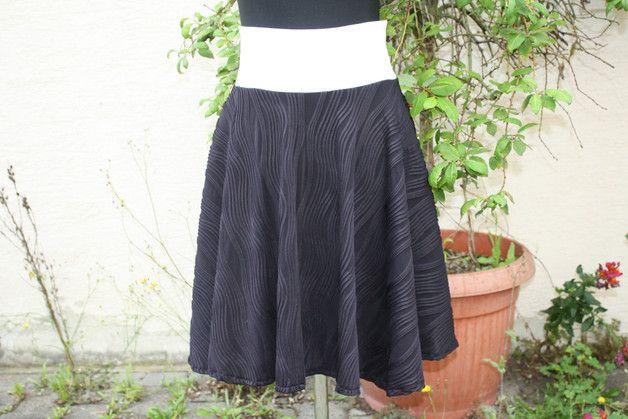 #Mode #Rock #Tellerrock #schwarz #weiß #Punkte #dots #Jersey #cosplay Tellerrock goes blackandwhite Nach den Boho – Röcken und den leichten A-Form Röcken jetzt ein...