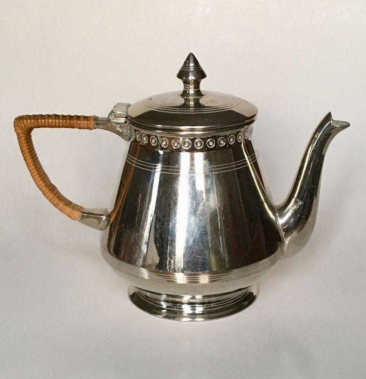 Teapot design Meine Huisenga executed by Daalderop Tiel circa 1915. Dutch Nieuwe Kunst.
