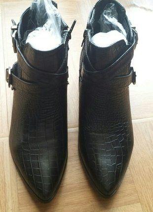 À vendre sur #vintedfrance ! http://www.vinted.fr/chaussures-femmes/bottes-and-bottines/25560427-bottines-chelsea-plates-a-brides