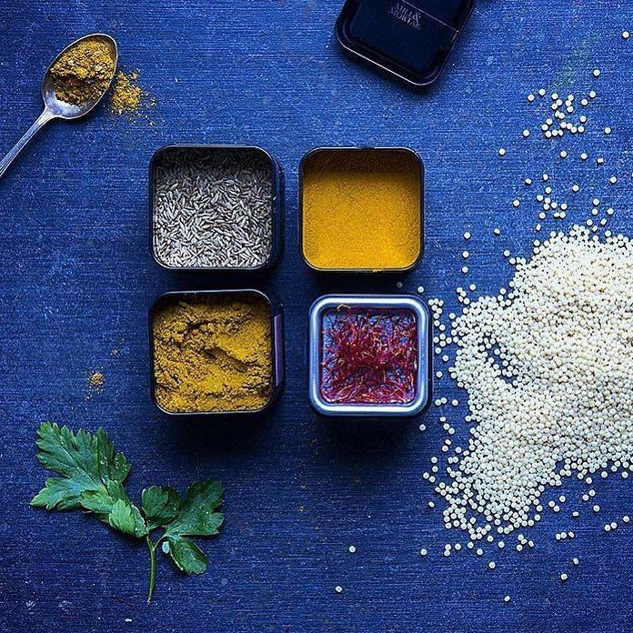 Varme økologiske krydder på kjøkkenet til matblogger @aichabouhlou  #raselhanout #øko #krydder #oluflorentzen #millmortar  av oluf_lorentzen http://ift.tt/1Td5OmQ