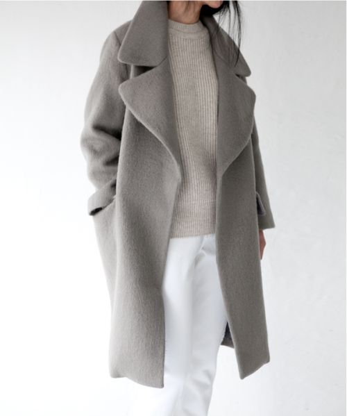 Traje de Fiesta #1: Es un abrigo para la fiesta. El abrigo es gris y largo. El abrigo está de moda, pero no me gusta porque es demasiado caliente en primavera y verano.