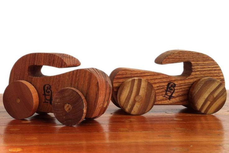 """Edad: 1 año o más.  Materiales: realizados con diferentes madera de troncos de poda y otras recicladas. Descripción: por su diseño simple y el techo con """"manija"""" son de fácil agarre, lo que los hace ideales para los más chiquitos que sin mucho esfuerzo van a poder lograr que ruede, hacelo chocar, caer, etc. Medidas: 12 cm. de alto. EN STOCK"""