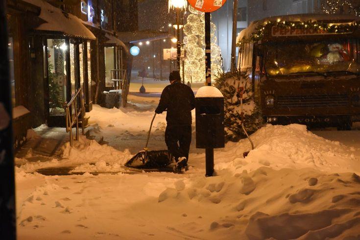TID FOR MÅKING: En mann prøver å få bukt med snømengdene i Storgata i Bodø, lørdag morgen.