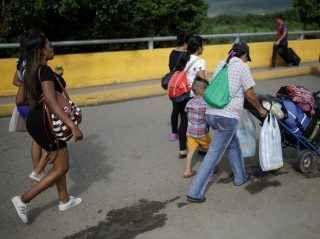 Dramma in Venezuela: il caso delle donne costrette a tagliare e vendere i propri capelli per acquistare cibo e medicine E' una crisi senza fine quella del Venezuela. Il sogno socialista di Hugo Chavez è sfociato in un incubo senza fine per la sua popolazione. Nonostante il Paese sudamericano sia tra i principali posse #venezuela