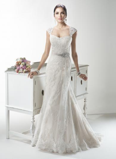 Maggie Sottero JOELLE - Jemnou čipkou zdobené svadobné šaty v A línii, doplnené o grogrénovú stuhu v páse zdobenú Swarovski krištálikmi a odopínateľné čipkované ramienka.