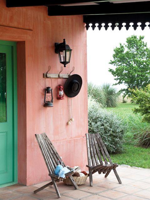 Galería exterior en una casa de campo de Ayacucho en terracota y verde. Foto: Magalí Saberian