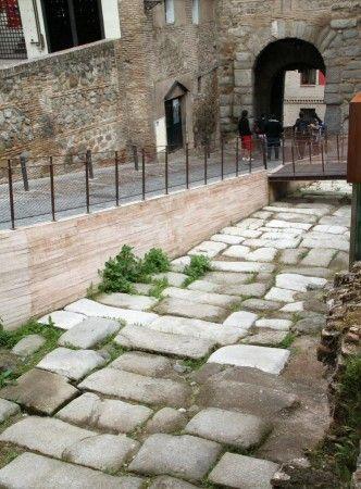 Calzada romana junto a la Mezquita Cristo de la Luz en Toledo
