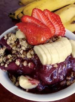 Let's just focus the contents of this lens on the Acai Bowl, a very tasty fruit and granola dish, made using the dark purple super-berry named... I haven't had acai in so long, this looks delicious
